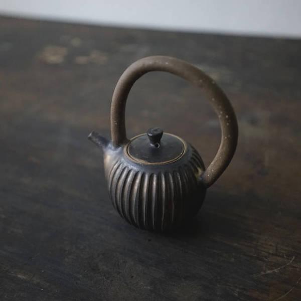 茶室宇宙 – 鐵釉 / 彎把壺
