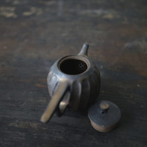 茶室宇宙 – 鐵釉 / 鳥羽壺